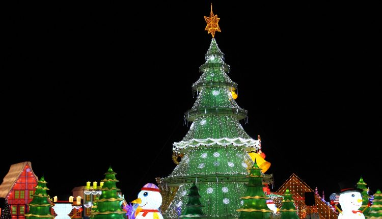 PHOTO: Christmas tree surrounded by snowmen as part of Santa's Christmas Village attraction. Photo by The Signal reporter Bianca Salazar.